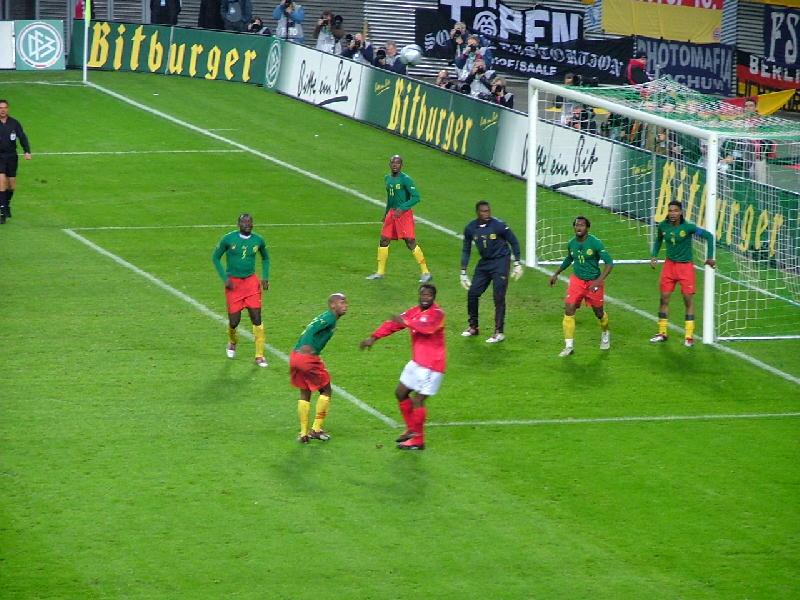 kamerunische Fußballmannschaft im Spiel gegen Deutschland
