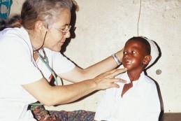 Dr. med. Elisabeth Neier bei der Visite