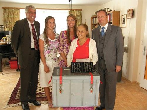 Spendenübergabe durch Dr. Andreas Freund an Dr. Elisabeth Neier